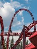 Красный след американской горкы внутри общественного парка атракционов Стоковое Изображение RF