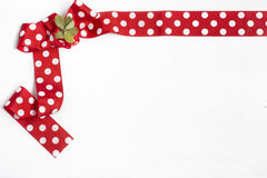 Красный смычок на белой предпосылке Стоковые Фотографии RF