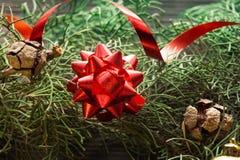 Красный смычок на ели, концепция Нового Года стоковые изображения