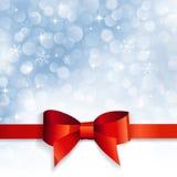 Красный смычок на снежинках предпосылки стоковая фотография rf