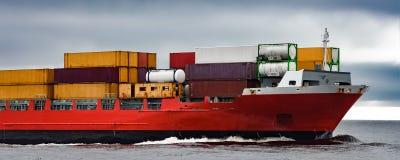 Красный смычок ` s корабля грузового контейнера Стоковое Фото