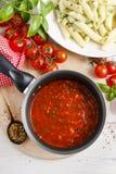 Красный соус сделанный из высушенных томатов на сковороде Стоковое Изображение