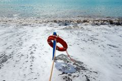 Красный спасатель на пляже - спасите концепцию Стоковое Фото