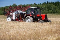 Красный спрейер tracktor в поле стоковая фотография rf