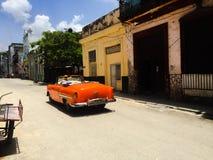 Красный старый автомобиль с откидным верхом в Кубе стоковое изображение rf