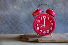 Красный старый ретро будильник стиля на деревянной таблице Стоковое фото RF