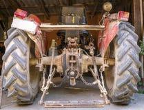 Красный старый трактор сельского хозяйства стоковое изображение rf