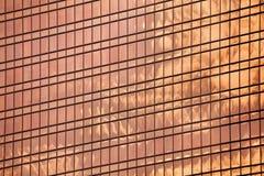 Красный стеклянный конец поверхности стены небоскреба вверх, современный взгляд делового центра, финансовый район города, дизайн  стоковые фото