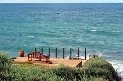 Красный стенд на seashore для того чтобы восхитить красивые ландшафты стоковое изображение rf