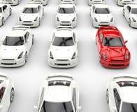 Красный стойте вне автомобиль среди много белых автомобилей стоковое фото