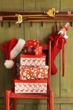 Красный стул с подарками праздника стоковая фотография rf