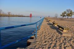 Красный стул маяка и камня на пляже Голландии Стоковые Изображения
