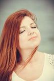Красный с волосами портрет девушки внешний Стоковая Фотография RF