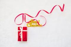 Красный текст подарочной коробки и золота с Рождеством Христовым с красной лентой Стоковые Фото