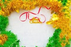 Красный текст подарочной коробки и золота с Рождеством Христовым с красной лентой Стоковые Фотографии RF
