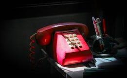 Красный телефон старого произведения стоковое изображение
