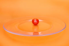 Красный томат вишни на прозрачной плите Стоковые Фото