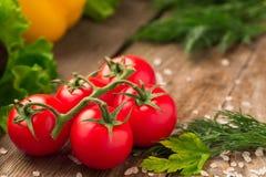 Красный томат лежа на деревянном столе Стоковая Фотография