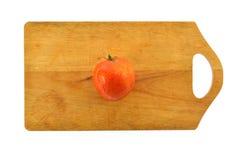 Красный томат на доске Стоковые Изображения