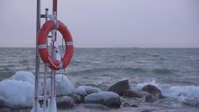 Красный томбуй жизни в бурной погоде зимы Балтийским морем в Хельсинки, Финляндии видеоматериал
