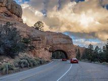 Красный тоннель дороги свода на пути к национальному парку каньона Bryce, u Стоковые Изображения RF