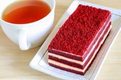 Красный торт бархата и чашка чаю Стоковая Фотография