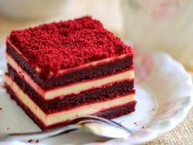 Красный торт бархата и чашка чаю Стоковые Фотографии RF