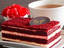 Красный торт бархата на деревянных таблице и красных розах Стоковые Изображения RF