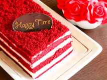 Красный торт бархата на деревянных таблице и красных розах Стоковые Фото
