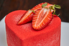 Красный торт в форме сердца на день ` s валентинки Стоковое Фото