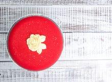 Красный торт мусса велюра шоколада с шоколадом поднял Стоковое Изображение RF