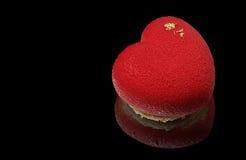 Красный торт мусса сердца с золотыми сторонами Стоковое Изображение RF