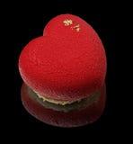 Красный торт мусса сердца с золотыми сторонами Стоковое Фото
