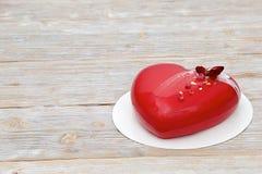 Красный торт мусса сердца с чаем поднял Стоковые Изображения RF