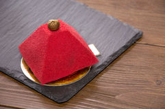 Красный торт velor в форме пирамиды Стоковая Фотография