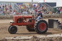 Красный трактор Allis Chalmers Стоковое Изображение
