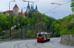 Красный трамвай на старой улице в Праге стоковое фото