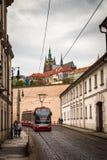 Красный трамвай на улице Праги в старом историческом центре стоковое фото