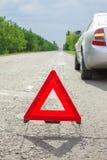 Красный треугольник автомобиля на дороге Нервное расстройство автомобиля в плохой погоде Стоковая Фотография