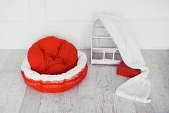 Красный тюфяк любимчика в комнате с клеткой стоковое изображение rf