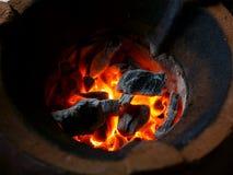 Красный уголь в горелке сфокусируйте мягко стоковые фотографии rf