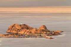 Красный утес на Ile Rousse в Корсике Стоковые Изображения RF