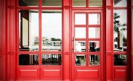 красный фасад года сбора винограда ресторана двери Стоковая Фотография