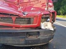 Красный фургон при фронт поврежденный в результат аварии Передний бампер, клобук, фара, маска, поврежденный гриль Стоковое Изображение RF