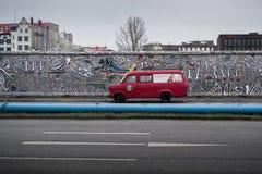 Красный фургон рядом с Берлинской стеной Стоковое Изображение