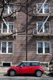 красный цвет автомобиля здания вниз Стоковые Фотографии RF