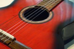 красный цвет акустической гитары Стоковое фото RF