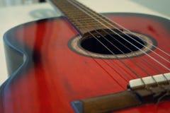 красный цвет акустической гитары Стоковые Изображения