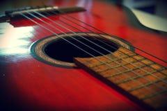 красный цвет акустической гитары Стоковая Фотография RF