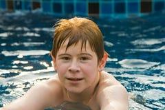 красный цвет бассеина волос мальчика стоковые изображения rf
